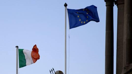Frischer Wind für Irland ohne EU-Hilfe - Flaggen in Dublin