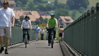 Bei der Bundesratsreise 2010 radelte Verkehrsministerin Doris Leuthard mit dem E-Bike durchs Reusstal – dabei kam es auf der Reussbrücke in Rottenschwil zu einer harmlosen Begegnung mit einem Fussgänger.
