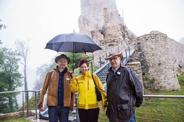 Kantonsarchäologe Reto Marti, Regierungsrätin Monica Gschwind und Projektleiter Michael Schmaedecke (v. l.) trotzen bei der Vorbesichtigung dem Regen.