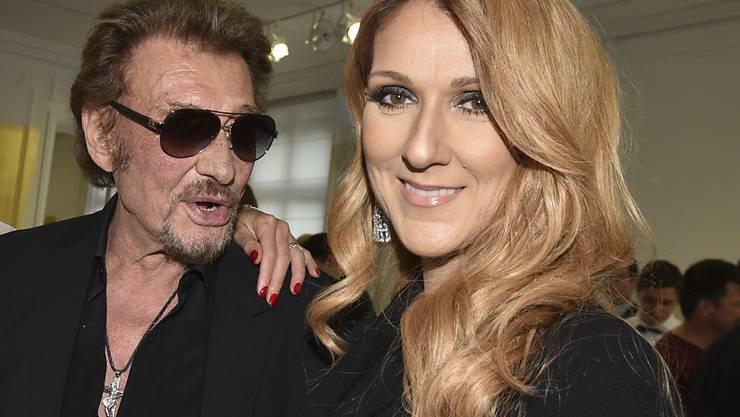 """Céline Dion - hier mit ihrem Kollegen Johnny Hallyday - kann wieder lächeln. Ihr von Pink geschriebener neuer Song """"Recovering"""" beschreibt, wie sie nach dem Tod ihres Gatten langsam wieder Tritt fasste. (Archivbild)"""