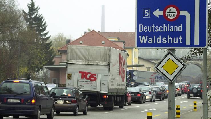 Die Situation am Koblenzer Zoll (im Bild noch vor den Massnahmen auf Schweizer Seite) ist verbessert, aber nicht definitiv gelöst.Angelo Zambelli