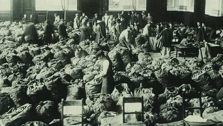 Kartoffeln statt Kultur: Sackweise Abgabe des wichtigen Nahrungsmittels 1918 im Aarauer Saalbau, wo heute das Kultur- und Kongresshaus (KuK) steht.