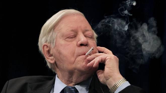 Helmut Schmidt 2009 an einer Diskussion der Europäischen Zentralbank. Rauchend konzentrierte er sich. Sein Konsum: Bis zwei Schachteln Zigaretten täglich. Foto: Keystone