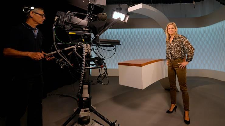 Moderatorin Aline Baumann bereitet sich im Studio auf die Aufnahme vor.