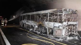 Nach Feuer im Motorenraum: Der französische Reisecar brannte vollständig aus.