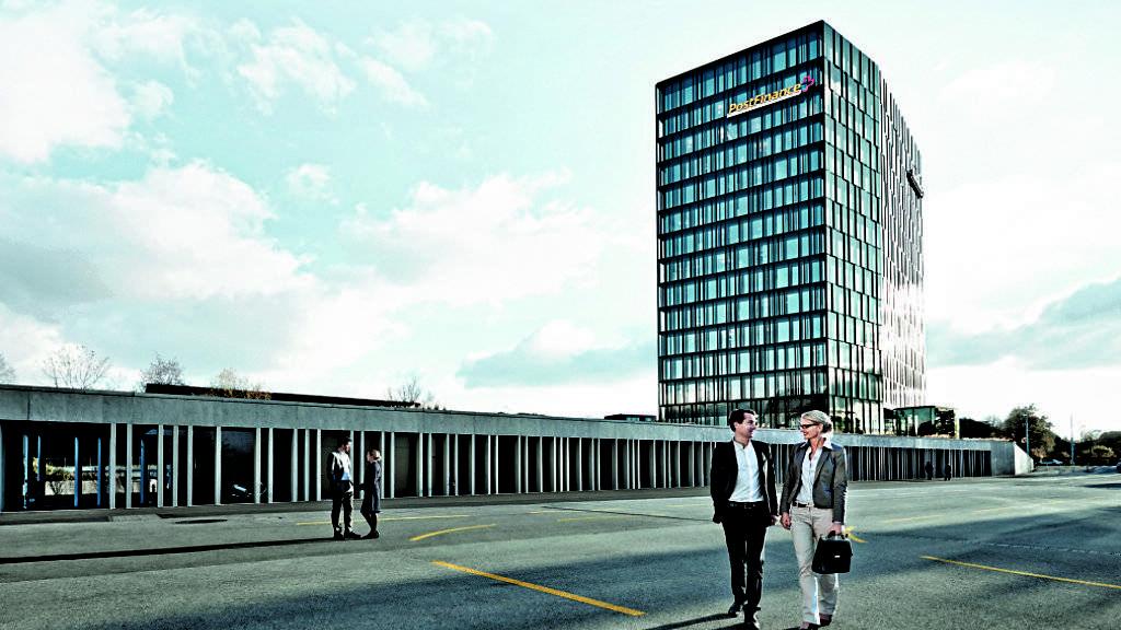 Hauptsitz der Postfinance in Bern: Als erstes grosses Finanzinstitut der Schweiz erhebt die Tochtergesellschaft der Post Strafgebühren für Privatkunden.