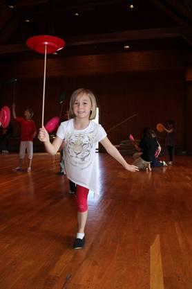 Alicia, 7, zeigt was sie kann Jonglieren und balancieren gleichzeitig