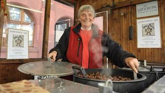 Seit über einem halben Jahrhundert gehört Marronifrau Liselotte Lüthi zum herbstlichen und winterlichen Stadtbild von Liestal.