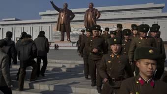 Huldigung zum 71. Geburtstag: Soldaten in Pjöngjang vor den Statuen der ehemaligen Führer