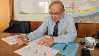 Hans-Peter Hadorn erläutert die Einfahrtskurven verschiedener Schiffstypen ins geplante Hafenbecken 3.