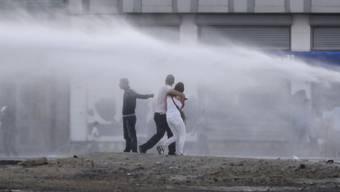 Wasserwerfer-Einsatz gegen friedliche Demonstranten in Istanbul