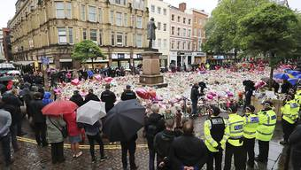 Einwohner von Manchester gedenken der Opfer der Terroranschläge in ihrer Stadt und in London. Zwei Wochen nach dem Anschlag in Manchester, bei dem über 20 Menschen starben, wurde am Londoner Flughafen ein weiterer Verdächtiger festgenommen.