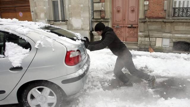 Nicht nur auf den Autobahnen, sondern auch auf kleineren Strassen kämpfen die Autofahrer gegen den Schnee - wie hier in Nancy