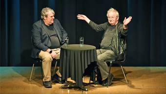 Mike Müller (links) und Peter Bichsel während ihres Gesprächs in der Oltner Schützi am Sonntagmorgen. Schätzungsweise 300 Leute wollten den beiden Schriftstellern zuhören.