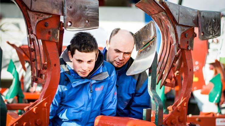 Die Faszination der Landmaschinen: Marco und Martin Willi (v. l.) an der Ausstellung in Niederwil.