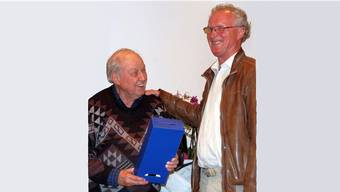 Martin Blümcke (links) von Präsident Hannes Burger zum Ehrenmitglied des Museumsvereins Laufenburg ernannt. – Foto: mdc/sk