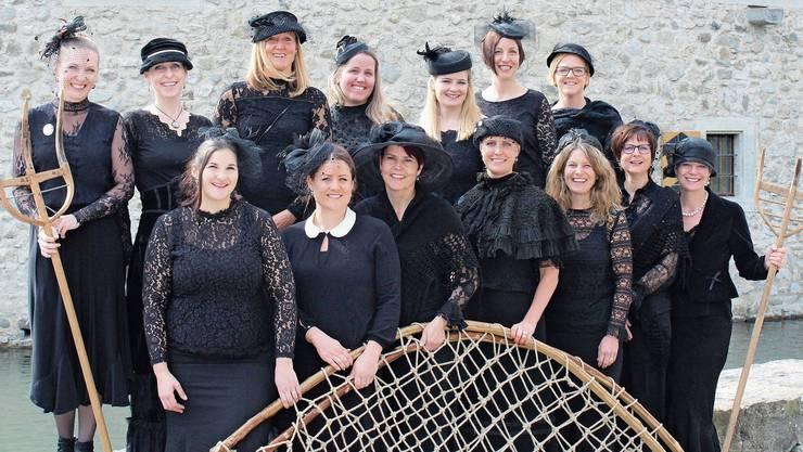 Traditionell gekleidet in schwarzen Roben: die Frauen der Vorstände Fahrwangen und Meisterschwanden.