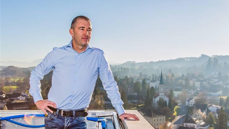 Armin Meier auf dem Dach seines neuen Arbeitsplatzes in Menziken.