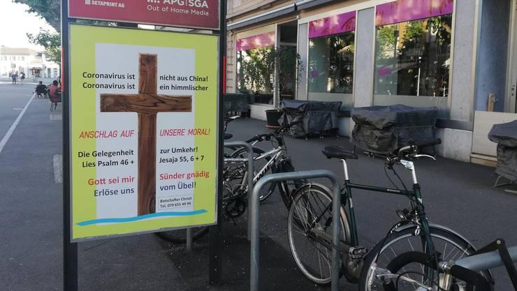 Plakat vor dem Bahnhof in Solothurn: Privatperson hinterfragt Ursprung des Coronavirus.