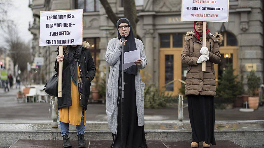 Mitglieder der Vereinigung Islamische Jugend Schweiz (VIJS) und des Islamischen Zentralrats der Schweiz (IZRS) gaben an Heiligabend in Zürich ihre Meinung gegen den Terror in Berlin und den Anschlag auf eine Zürcher Moschee kund.