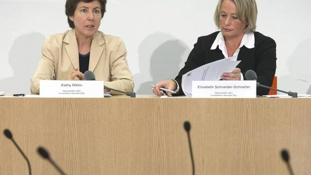 Die CVP-Nationalrätinnen Kathy Riklin (ZH), links, und Elisabeth Schneider-Schneiter (BL) äussern sich an einer Medienkonferenz über die Entwicklungszusammenarbeit