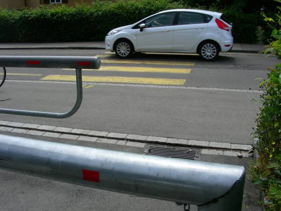 Der Fussgängerstreifen wird mit einer Fahrbahnverengung gesichert