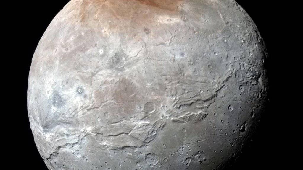 Die Oberfläche des Plutomonds Charon besitzt enorme Canyons und Risse, die auf eine bewegte geologische Vergangenheit hindeuten.