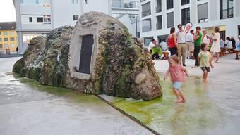 Der spezielle Brunnen auf dem Markus-Roth-Platz in Lenzburg wurde offiziell eingeweiht.