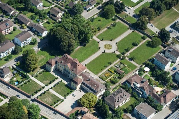 Luftaufnahme des bischöflichen Ordinariats. Der Bischofssitz befindet sich links von der Strasse (nicht im Bild).