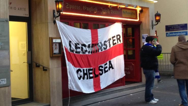 """Vor dem """"Mr.Pickwick"""" hängt mittlerweile eine riesige England-Fahne. Nur wenige Fans stehen rauchend vor dem Pub."""