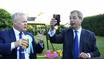 Können nicht auf den Sieg anstossen: Der Chef der britischen Brexit-Partei, Nigel Farage (Rechts), und Parlamentskandidat Mike Greene.