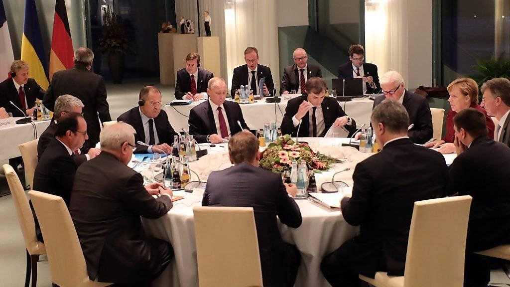 Bei den  Ukraine-Gesprächen in Berlin haben sich die Teilnehmer nach Worten des ukrainischen Präsidenten Poroschenko auf einen neuen Fahrplan zum Frieden geeinigt.