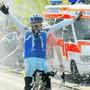 Schampus-Dusche für den Entlebucher Marcel Renggli bei seiner Weltrekord-Zieleinfahrt vor zehn Jahren.