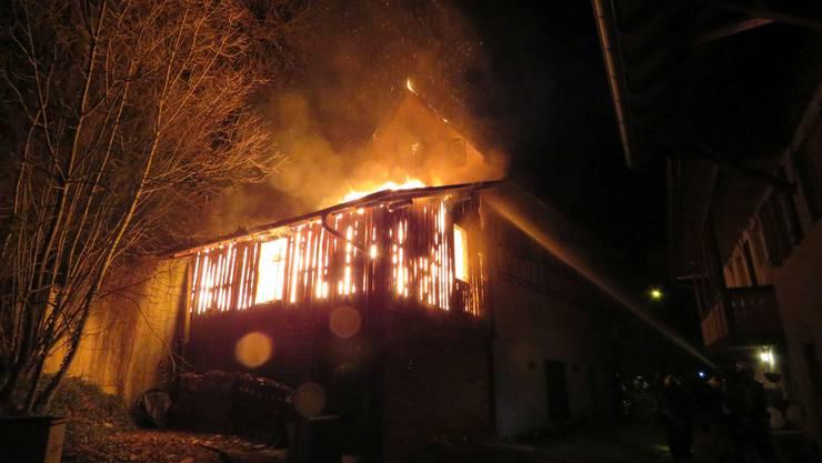 Ein Schopf in Ehrendingen ging am späten Donnerstagabend in Flammen auf.