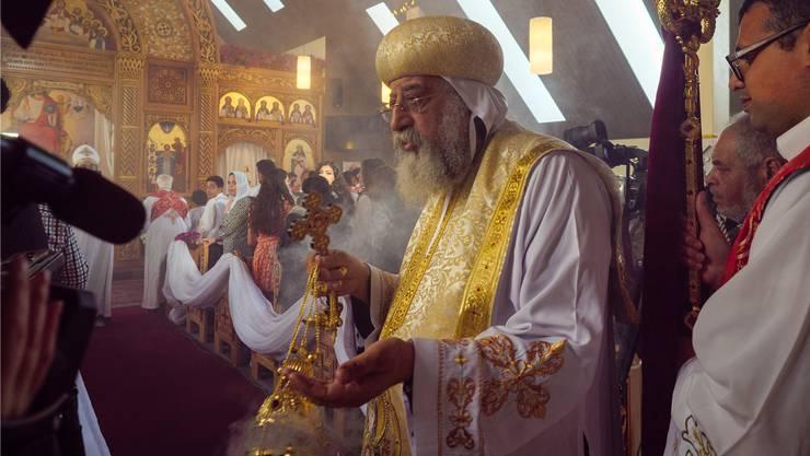 Er weiht die Kirche und beweihräuchert die Gemeinde: Papst Tawadros II. in der nun koptischen Kirche in Grafstal.