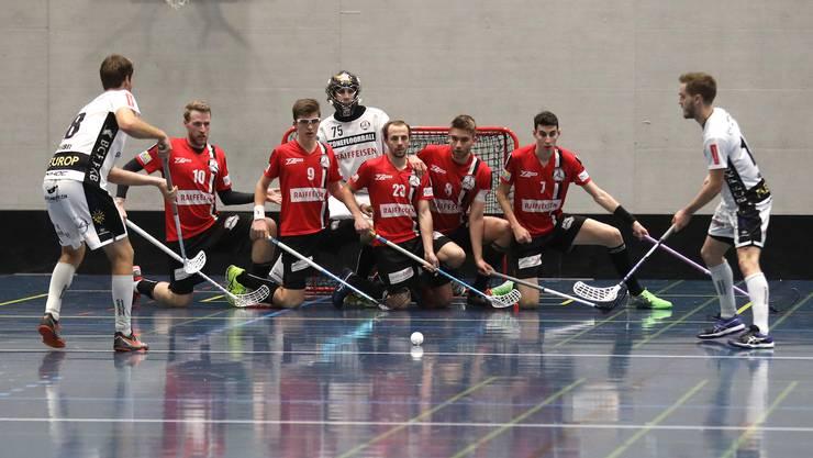 Unihockey Basel Regio stellt einen Block vor dem Tor (Quelle: TopPictures)