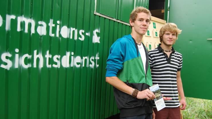 Sascha Stalder (links) und Samuel Knecht betreuen das Infomobil. SL