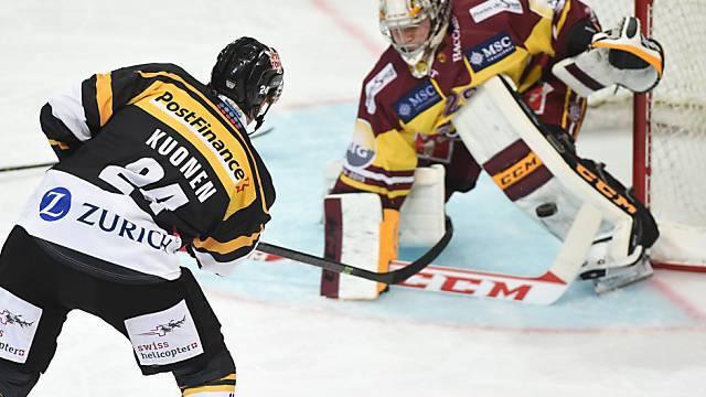 Luganos Raphael Kuonen gegen Servettes Goalie Robert Mayer