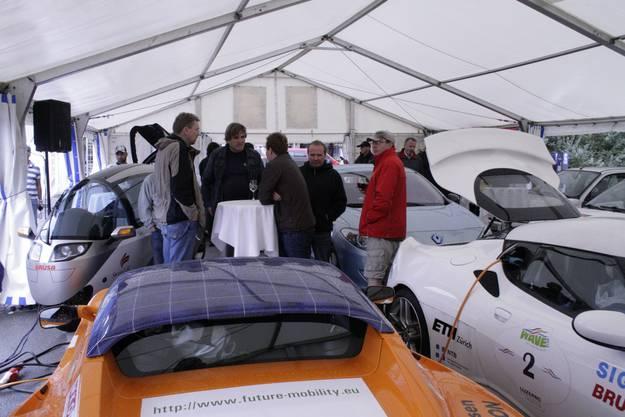 Trotz Regen kamen Besucher für die Elektromobile ins Schlieremer Zentrum