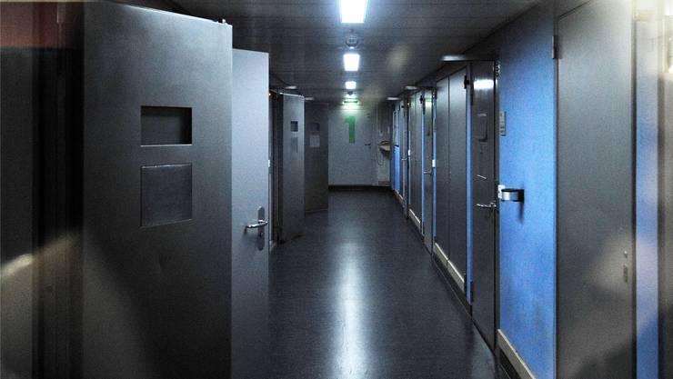 Ein Blick durch die Scheibe in den Gang, in dem sich die Ausschaffungshäftlinge nach 17 Uhr gemeinsam aufhalten können.Archiv Kenneth Nars