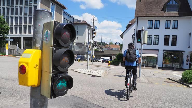 Die Velofahrer sollen die Grünphase beim Postplatz auch nachts bei gelb blinkender Ampel aktivieren können. Das lehnt der Stadtrat ab.