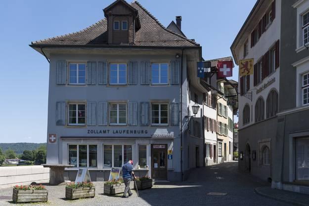 Am Brückenkopf der alten Rheinbrücke steht das ehemalige Zollamt. Heute beheimatet es das Verkehrsbüro.