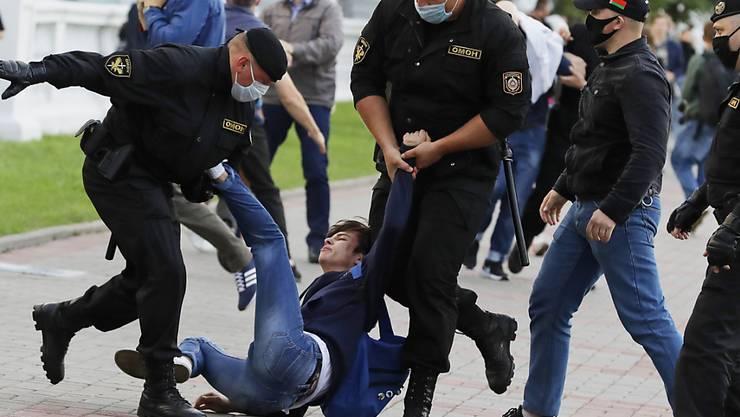ARCHIV - Polizisten nehmen Mitte Juli in Minsk einen Demonstranten fest. Foto: Sergei Grits/AP/dpa