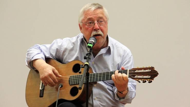 «Ich möchte am liebsten weg sein – und bleibe am liebsten hier», singt der 82-jährige Wolf Biermann in der Aula an der Fachhochschule Nordwestschweiz.