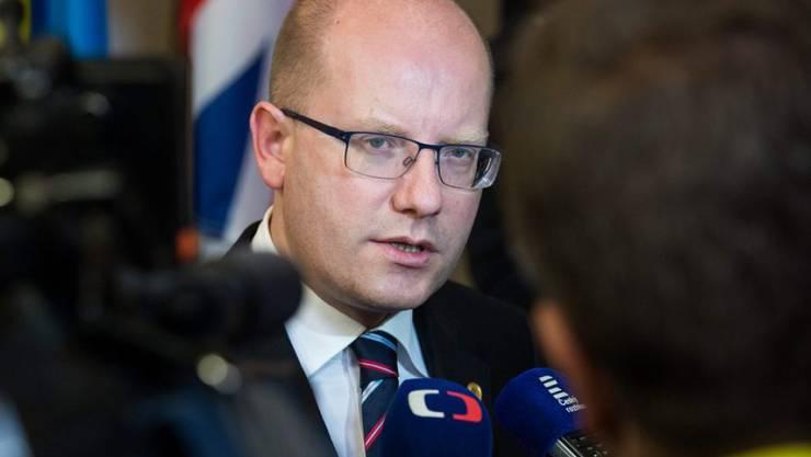 Er nahm es offenbar gelassen: Der tschechische Regierungschef Bohuslav Sobotka musste seinen Kinoplatz für eine andere Besucherin räumen. (Archivbild)