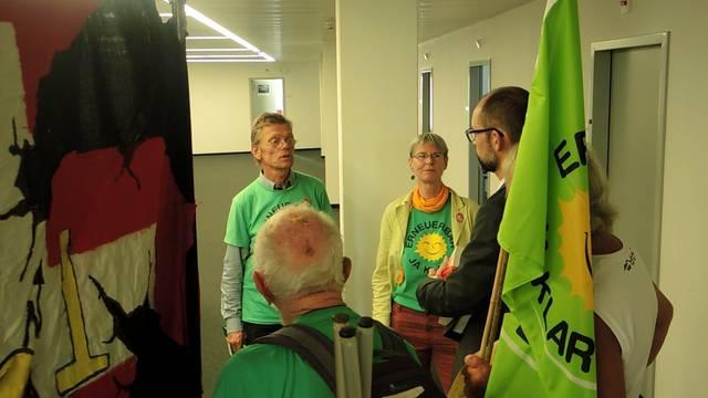 Die Atomgegner übergeben dem Ensi-Kommunikationsleiter Sebastian Hueber 2409 Unterschriften.