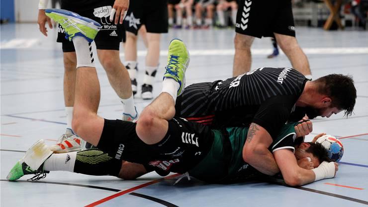 Aufgrund dieses Rencontre hat Wacker-Thun-Spieler Nicolas Raemy (unten) den HSC-Spieler Milan Skvaril angezeigt.