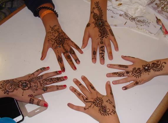 Henna Body Painting in der Mädchenwoche