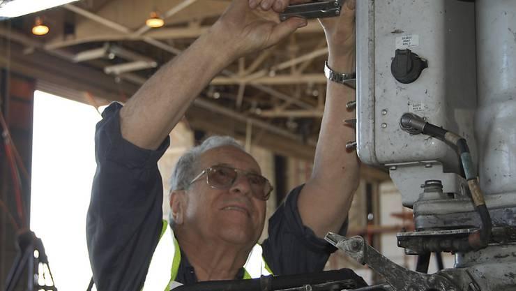 American Airlines beschäftigt den ältesten Flugzeugmechaniker der Welt - Azriel Blackman ist bereits 75 Jahre lang im Job. (Archivbild von 2012)