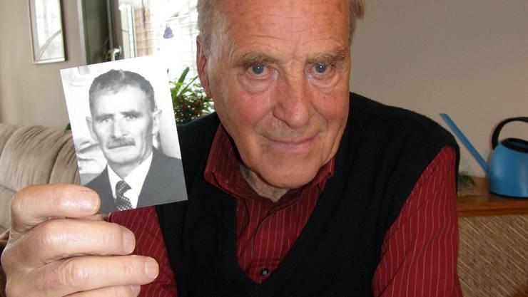 Franz Stöckli (mit einem Bild von seinem Vater Erwin Stöckli) erlebte den Zweiten Weltkrieg (BA)